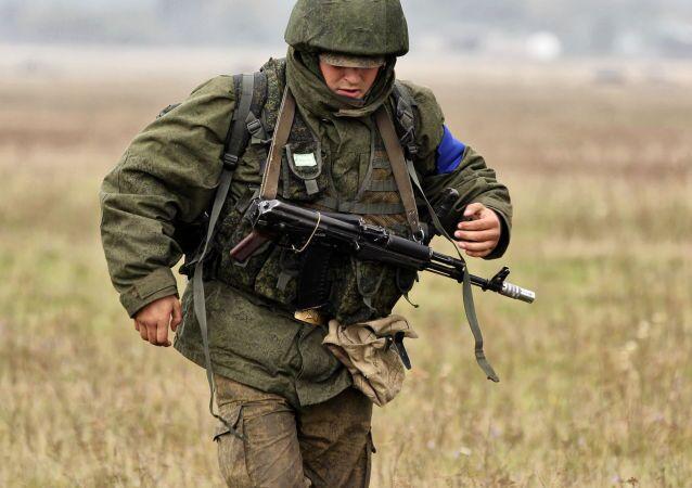 جندي يحمل رشاش أ كا-74إم