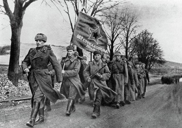 فوج 562 للرماة قي الجيش السوفيتي على أراضي بولندا المحررة من الفاشية، فبراير 1945