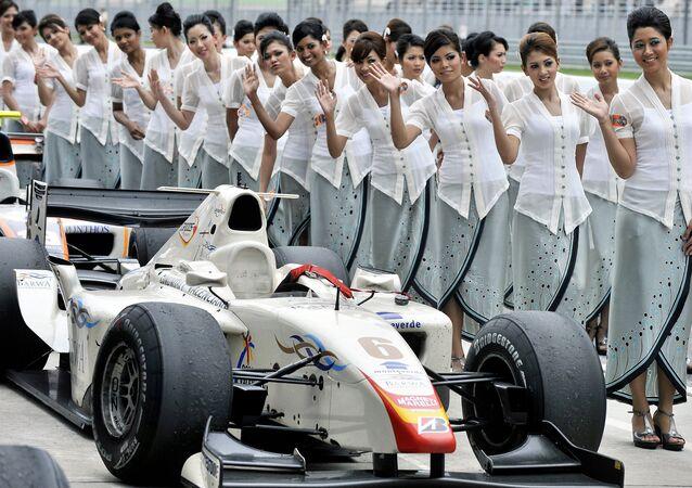 فتايات يصطفون قبل إستعراض السائقين فى سباق فورمولا 1 فى ماليزيا فى حلبة سبيانغ فى مارس 2008 ، فريق الفيراري وقائده فيليب ماسا يرغبون فى الدفاع عن لقب الـ فورمولا 1 الذي احرزوه فى الجولة الأولي من السباق