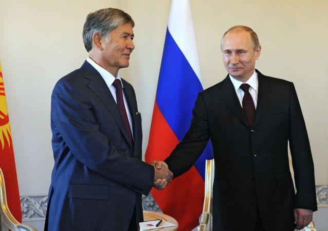 الرئيسان الروسي فلاديمير بوتين والقيرغيزي ألمازبيك أتامبايف
