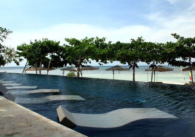 مسبح على أحد شواطئ  باكلايون، مقاطعة بوهول، الفلبين.