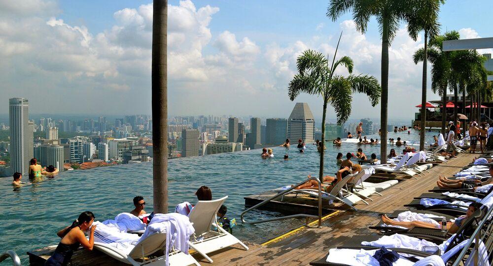 مجموعة من السياح على أحد المسابح داخل فندق فى سينغافورة