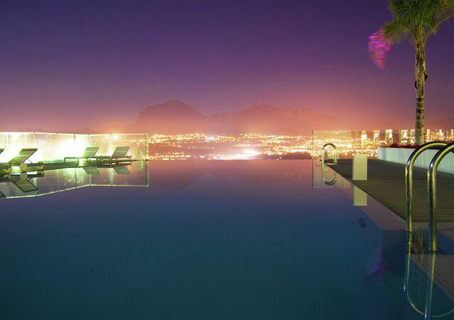 مسبح داخل منتجع بينيدورم فى إسبانيا