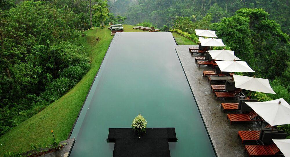 مسبح يطل على تلال بالي فى إندونيسيا.
