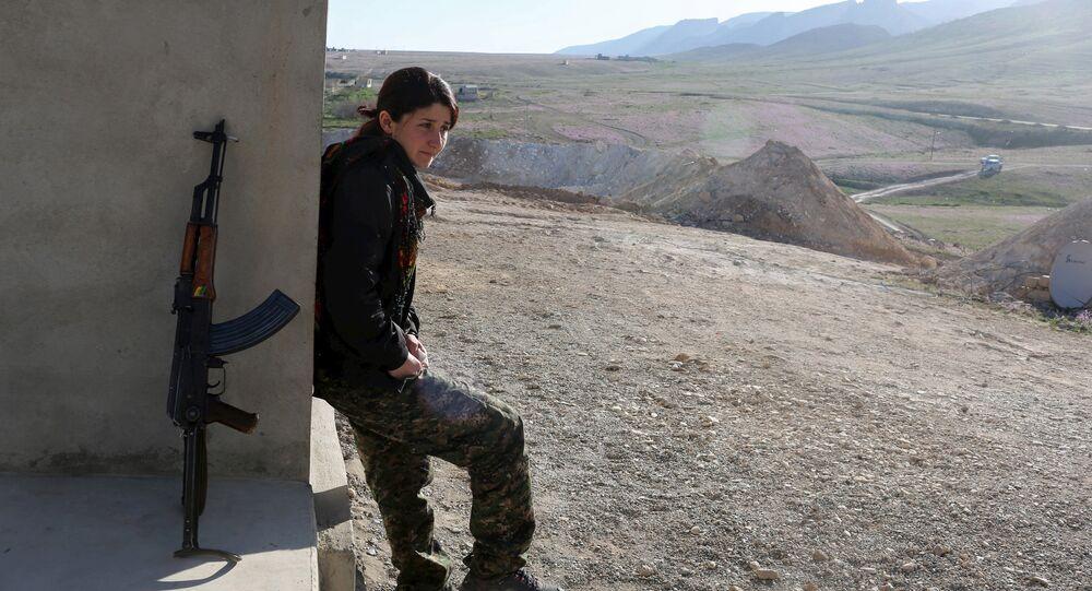 مقاتلة كردية فى منطقة جبل سنجار شمالي العراق