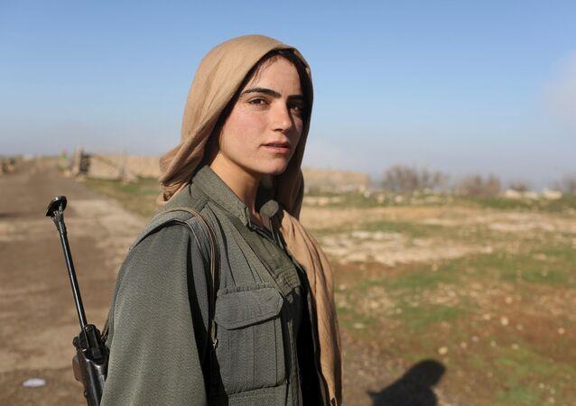 مقاتلة كردية من وحدات الدفاع عن الشعب الكردي فى سنجار شمالي العراق