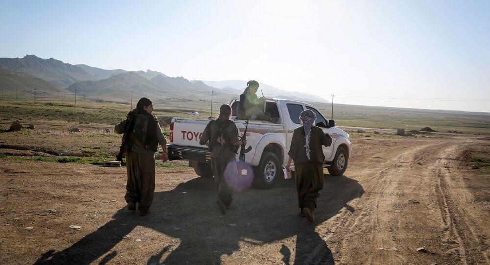 مقاتلات كرديات فى إحدى القواعد العسكرية فى جبل سنجار