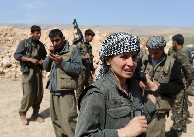 مقاتلة من حزب العمال الكردستاني أثناء التدريبات على حمل السلاح فى جبل سنجار.