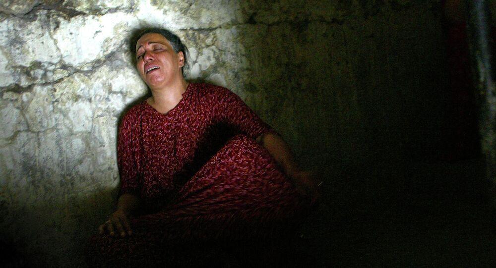 إمرأة عراقية في بيتها  أثناء تفتيش بيتها