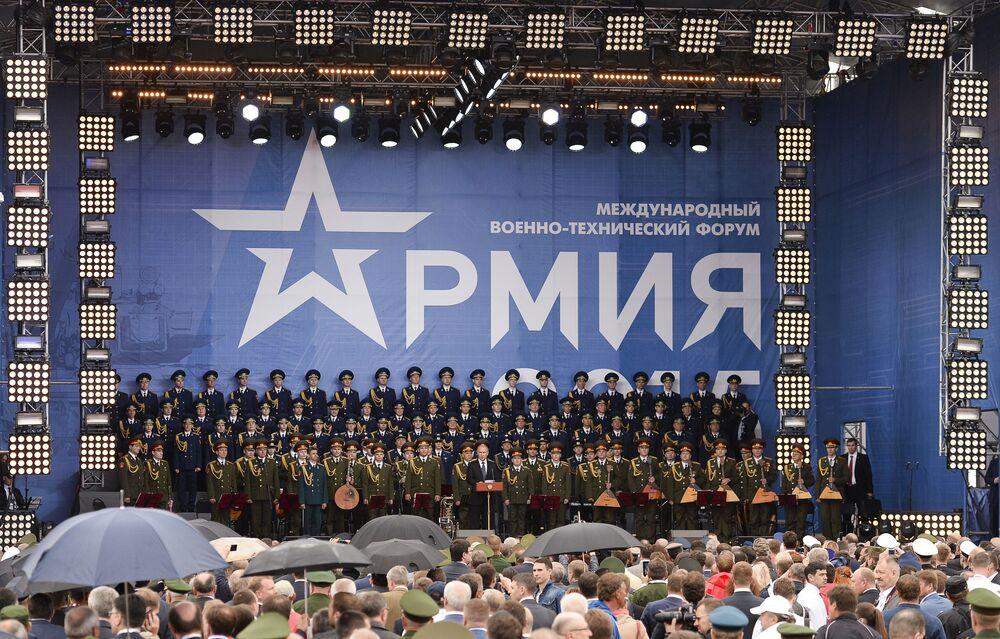 الرئيس الروسي فلاديمير بوتين خلال القاءه كلمة فى منتدي الجيش 2015