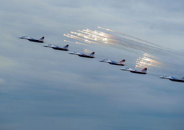 عرض لمجموعة الطيارين الفرسان الروس فى طائرات سو - 27 خلال المنتدي العسكري التقني آرميا 2015