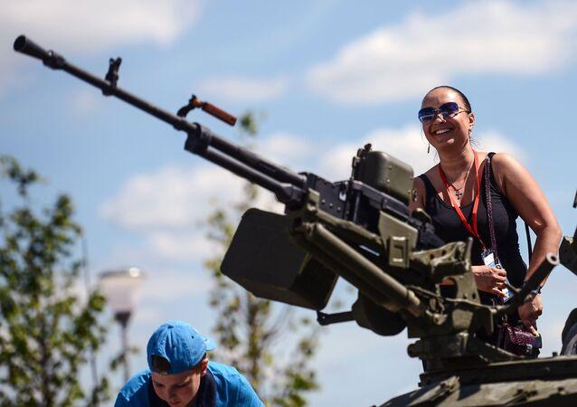 إحدي الزائرين فى المنتدي العسكري التقني آرميا 2015