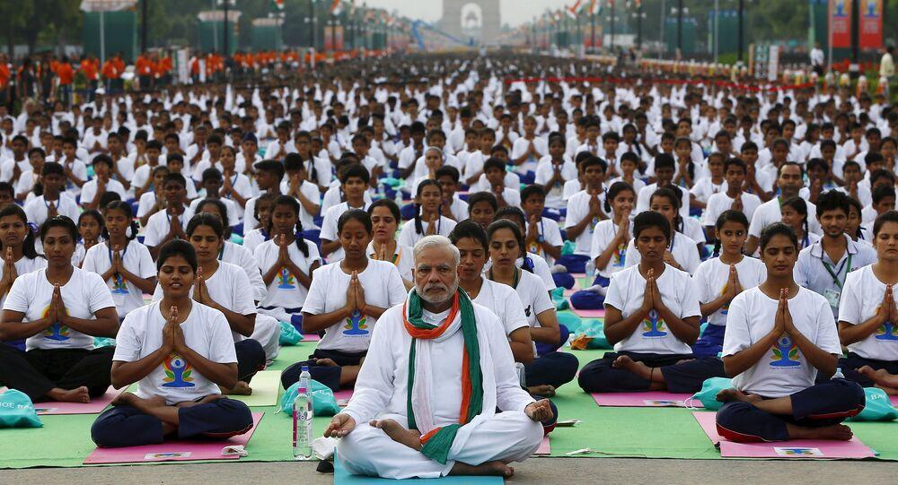 رئيس الوزراء الهندي ناريندرا مودي يقود المشاركين فى يوم اليوجا العالمي فى نيودلهي الهندية