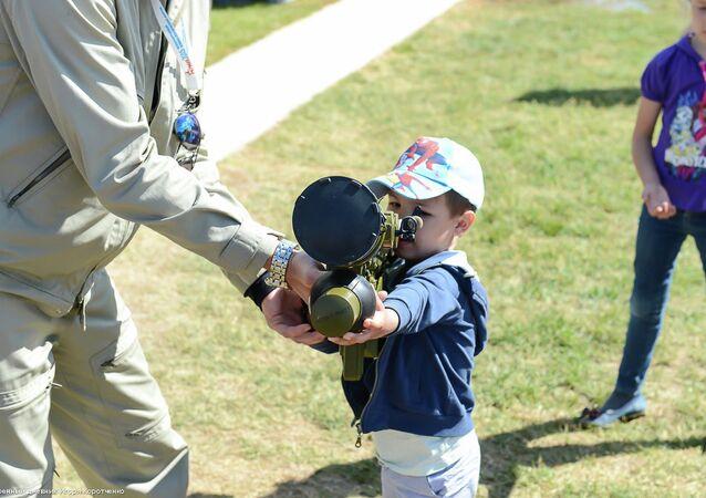 طفل روسي خلال منتدي الجيش 2015