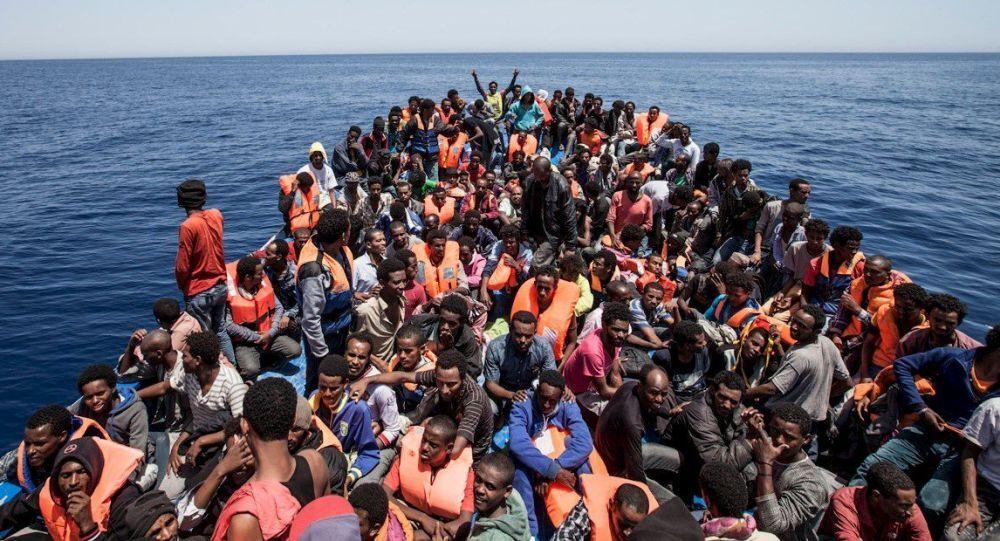 قارب يقل مهاجرين