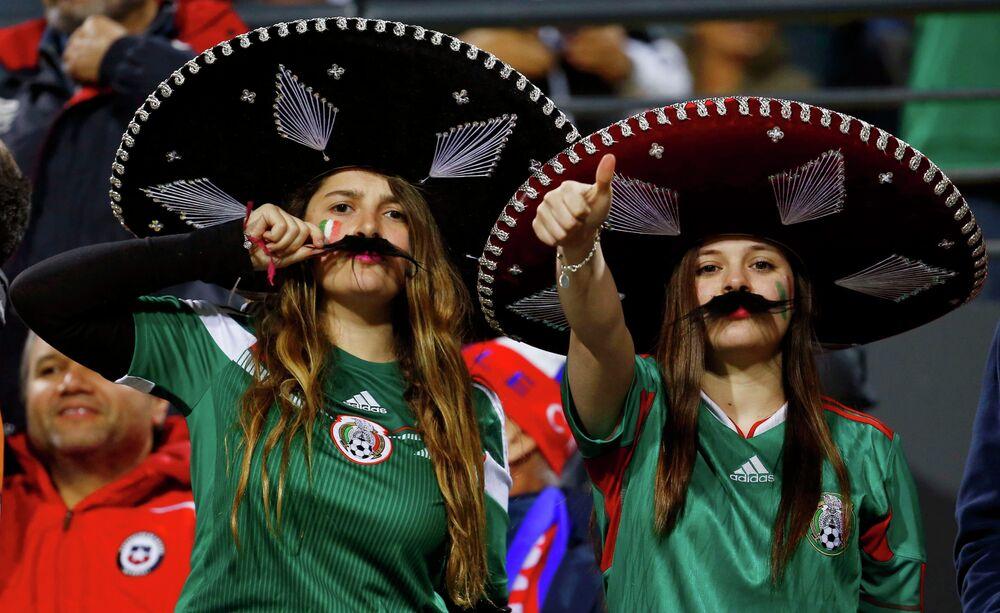 مشجعات لفريق المكسيك داخل مدرجات ستاد سوساليتو في تشيلي قبل مباراة فريقهم ضد بوليفيا في الجولة الأولى لكوبا أميركا 2015