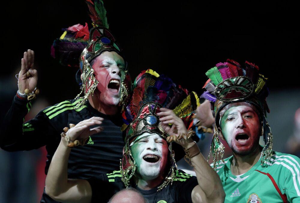 جماهير المكسيك فى مباراة فريقهم ضد بوليفيا فى اطار المجموعة الأولي على استاد سوساليتو في فينا ديل مار، تشيلي، الجمعة 12 يونيو 2015.