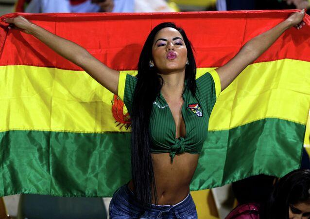 مشجعة من بوليفيا  قبل مباراة فريقها ضد فريق المكسيك على استاد سوساليتو في فينا ديل مار، تشيلي، ضمن إطار مباريات المجموعة الأولي لكأس كوبا أمريكا الجمعة 12 يونيو 2015.