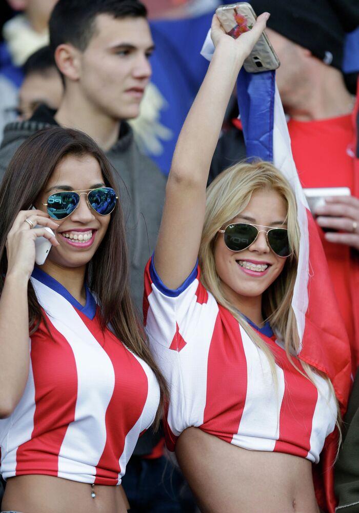 مشجعات باراغواي  قبل انطلاق مباراة فريقهم ضد الأرجنتين ضمن مباريات المجموعة B في استاد لا بورتادا في لاسيرينا، شيلي، السبت 13 يونيو، 2015.