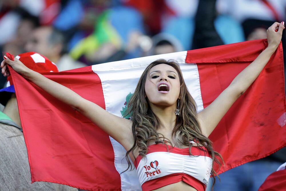 مشجعة من بيرو تشجع فريق بلادها قبل انطلاق مباراة بيرو والبرازيل على ستاد جيرمان بيكر في تشيلي، في اطار مباريات المجموعة C ،الأحد 14 يونيو، 2015