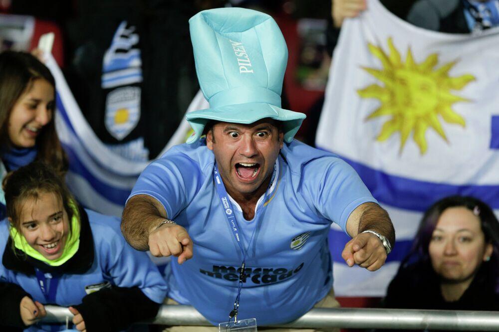 مشجع من أوروغواي قبل بداية مباراة فريقه ضد الأرجنتين على ملعب لا بورتادا في لاسيرينا،  ضمن أطار مباريات المجموعة الثانية لكوبا أميركا، الثلاثاء 16 يونيو، 2015