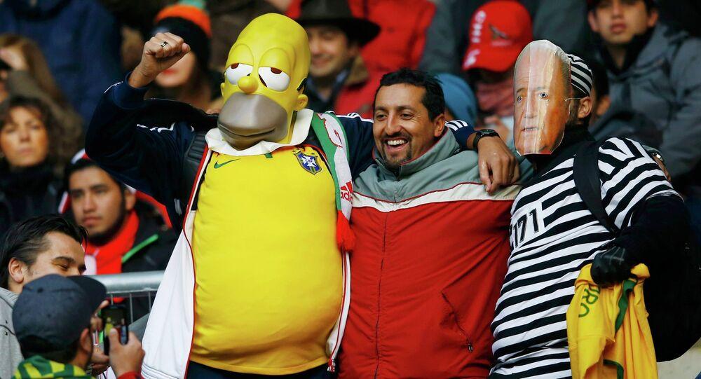 من داخل مدرجات البرازيل، مشجع يرتدى قناع سيمبسون وأخر يرتدى قناع بلاتر رئيس الفيفا، قبل انطلاق مباراة منتخب بلادهم أمام بيرو فى اطار الجولة الأولى على ملعب البلدية، شيلي، 14 يونيو  2015.