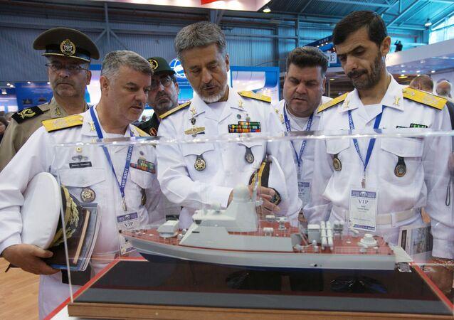 قائد القوات البحرية الإيرانية اللواء حبيب الله سياري (في الوسط) أثناء زيارته  للمعرض الدولي العسكري البحري في مدينة سان بطرسبورغ