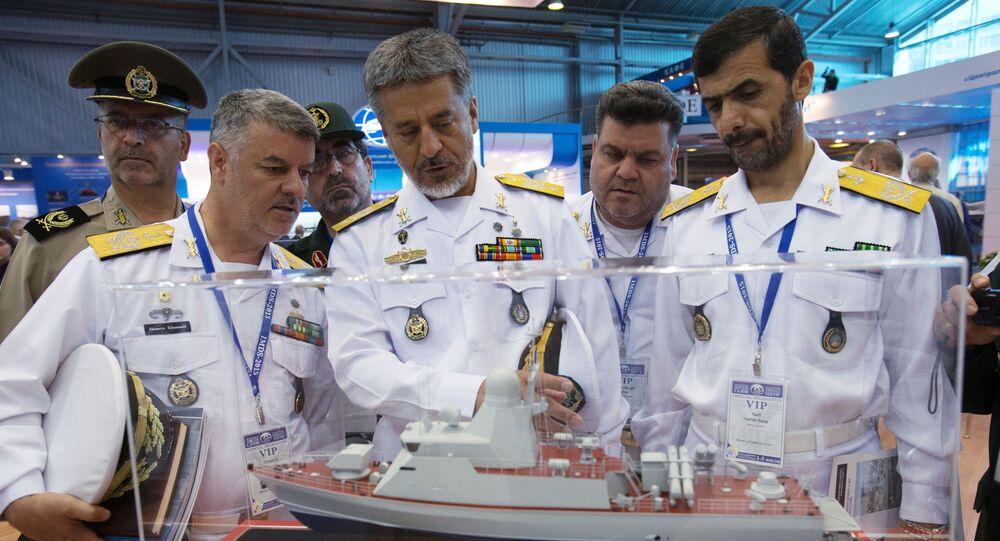 قائد القوات البحرية الإيرانية اللواءحبيب الله سياري (في الوسط) أثناء زيارته  للمعرض الدولي العسكري البحري في مدينة سان بطرسبورغ
