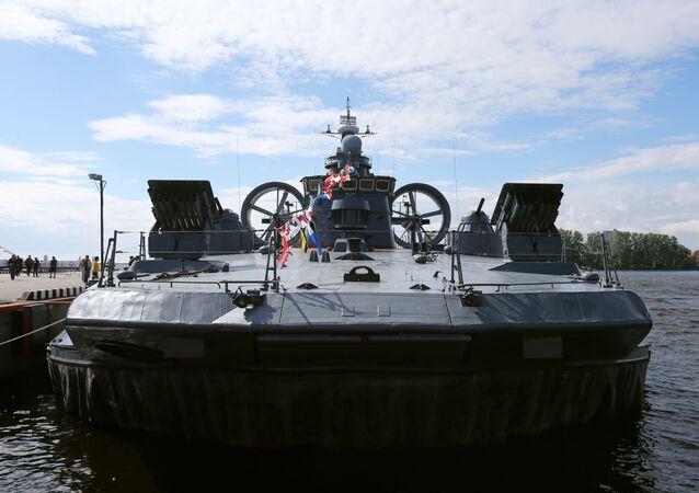 سفينة الإنزال البحري يفغيني كوتشيشكوف ذات وسادة هوائية في المعرض الدولي العسكري البحري في مدينة سان بطرسبورغ