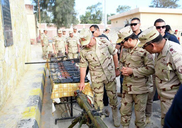 الرئيس المصري يرتدى الزي العسكري لأول مرة منذ انتخابه