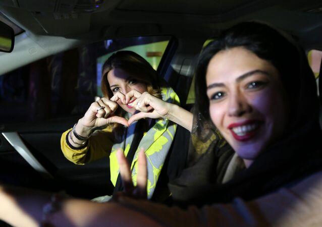 الفتيات فى طهران يحتفلن بالاتفاق النووي