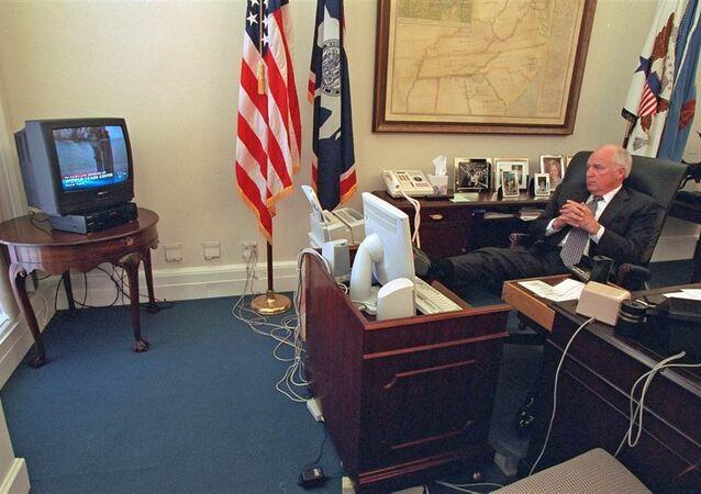 نائب الرئيس الأمريكي ديك تشينى أثناء متابعته تغطية أحداث 11 سبتمبر داخل مكتبه