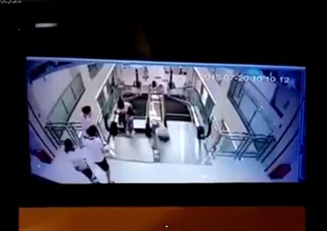 سلم كهربائي يبتلع امرأة داخل سنتر تجاري
