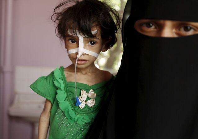 طفلة وأمها في أحد مشافي صنعاء