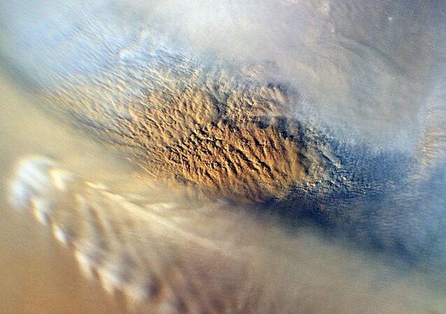 عاصفة ترابية على سطح المريخ خلال الشتاء القطبي