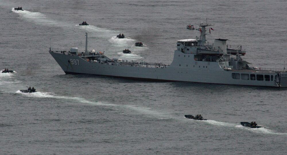 سفينة الإنزال البحري يونفوشان التابعة للقوات البحرية الصينية أثناء التدريبات الروسية الصينية البحرية التعاون البحري – 2015  في مدينة  فلاديفوستوك