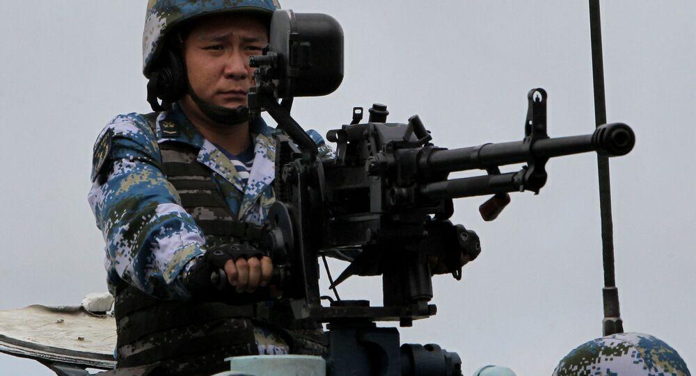 جندي من مشاة القوات البحرية الصينية أثناء إنزال بحري تم ضمن التدريبات الروسية الصينية التعاون البحري – 2015  في مدينة  فلاديفوستوك