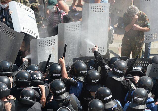 اشتباكات أمام البرلمان الأوكراني