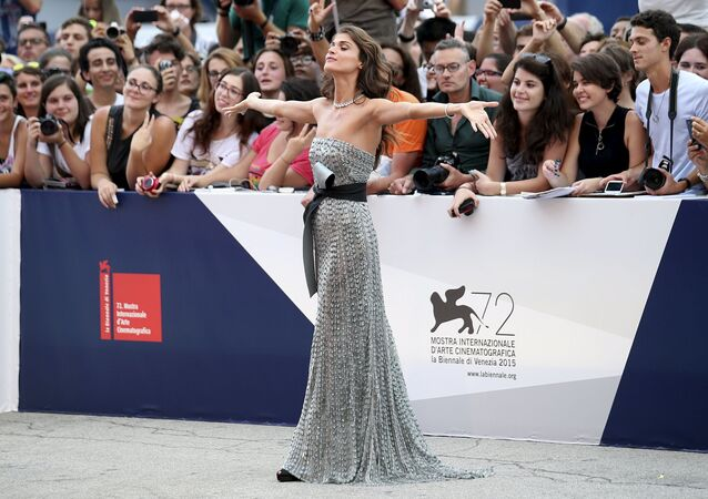 عارضة الأزياء والممثلة الإيطالية إليسا صيدناوي أثناء حفل افتتاح مهرجان البندقية السينمائي الـ72، إيطاليا 2 سبتمبر/ أيلول 2015.