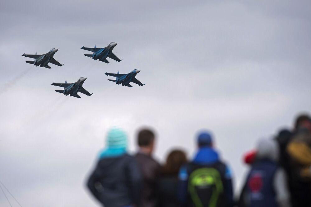 صقور روسيا يقومون بعرض عسكرى خلال المعرض