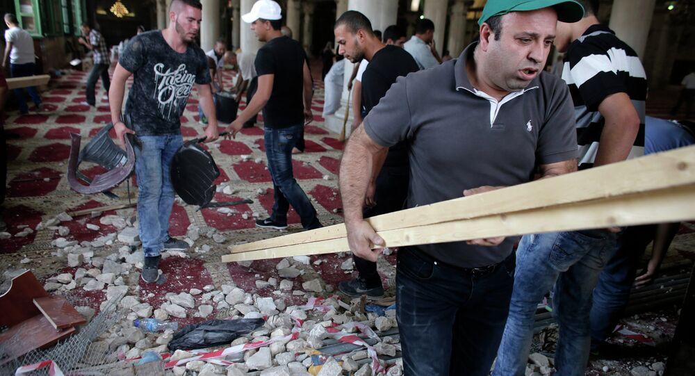 فلسطينيون يقومون بالتنظيف والترتيب داخل المسجد الأقصى المبارك بعد اقتحام الاحتلال له.