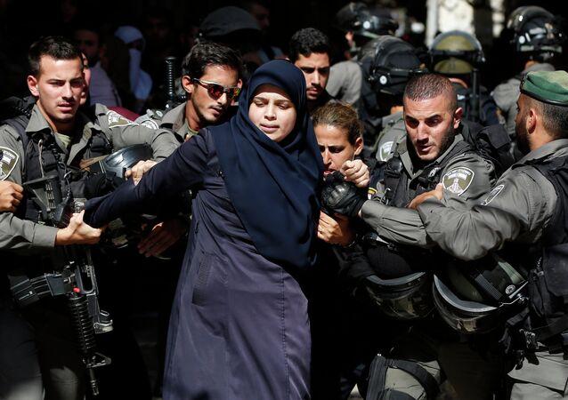 قوات شرطة الاحتلال تعتقل دانيا باسم فضيل، المنتمية إلى جماعة الفتيات المرابطات، أثناء الاشتباكات بين الفلسطينيين وقوات شرطة الاحتلال.