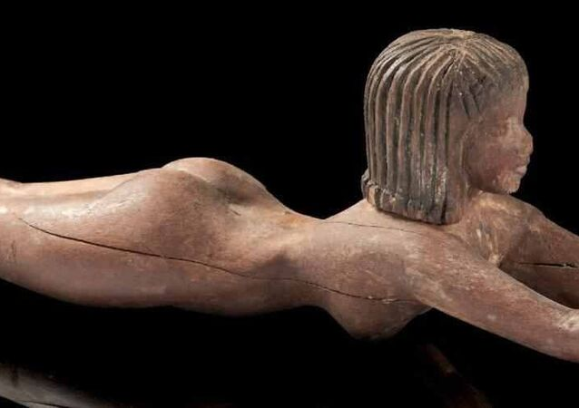تمثال خشبي لسيدة نائمة