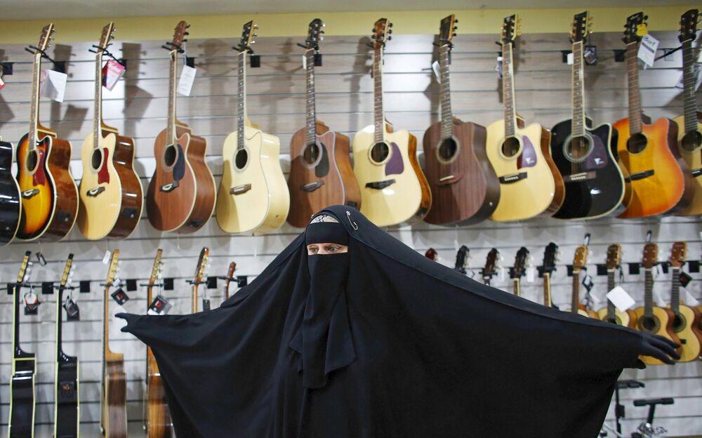 جيزيل ماري في مخزن الآلات الموسيقية