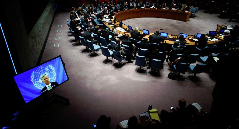 رئيس بعثة الامم المتحدة إيبولا أنتوني بانبوري (على الشاشة) يتحدث إلى أعضاء مجلس الأمن التابع للأمم المتحدة