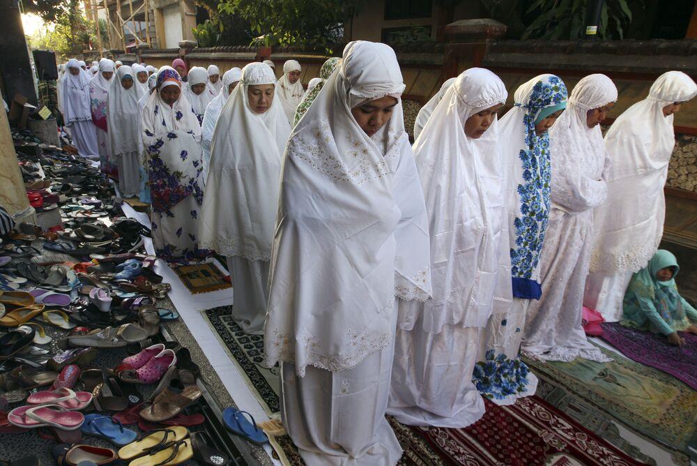النساء المسلملات تصلين صلاة الفجر خلال عيد الأضحى في إندونيسيا