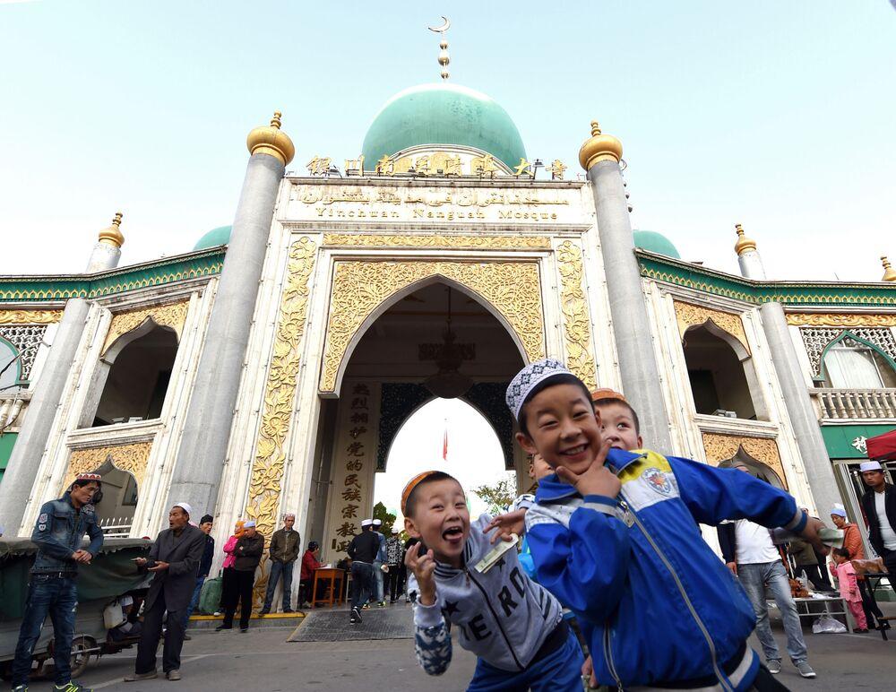 أطفال صينيون مسلمون في المسجد في عيد الأضحى