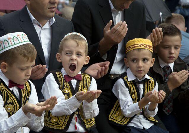 طفل يصلي في عيد الأضحى في كوسوفو