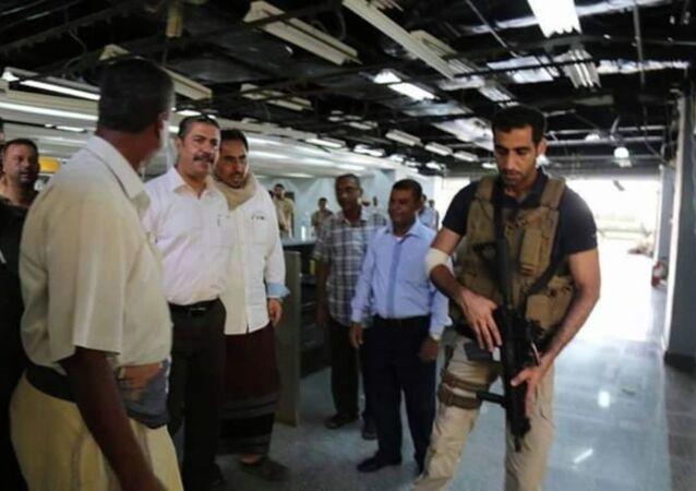 بحاح يتفقد مطار عدن