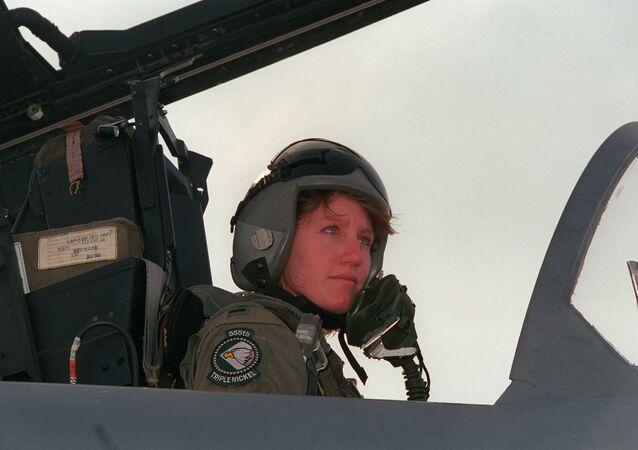 جيني فلين أول  طيار امرأة على متن المقاتلة F-15E